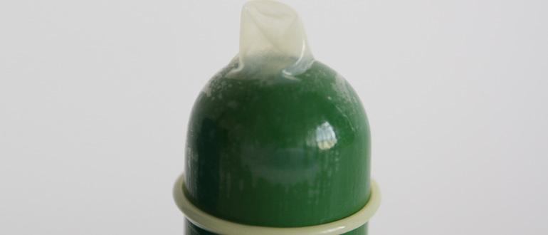 Mit viel Kraft lässt sich auch dieses Kondom abrollen - jedoch nicht ohne Schmerzen. Das wirkt sich auf die Erektion und das Gefühl aus. Mit einem solchen Kondom hast Du garantiert den Lustkiller im Bett. (Bild: © Vinico)