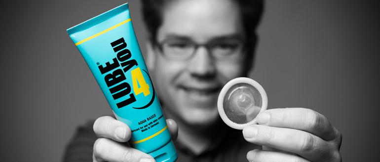 Noch eine persönliche Empfehlung: Mit Gleitgel kannst Du Dein Kondomgefühl und die Sicherheit noch erhöhen. Schmier Deinen Penis vorher mit Gleitgel ein und ziehe das Kondom drüber. Durch den zusätzlichen Gleitfilm ist die Reibung noch angenehmer. (Bild: ©Vinico)