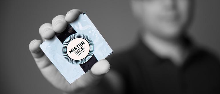 Du kennst Deine Kondomgröße? Hervorragend! Jetzt kannst Du ein passendes Kondom auswählen. Wenn Du zu den Menschen gehörst, denen Standardgrößen nicht passen (und das sind ziemlich viele), empfehle ich Dir die MISTER SIZE Kondome. Diese gibt es in sieben verschiedenen Größen: 47, 49, 53, 57, 60, 64 und 69 mm. (Bild: © Vinico)